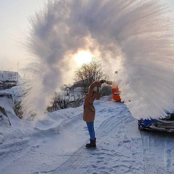 Chỉ cần một bát nước nóng hất ngược lên trời là đã có thể chứng kiến cầu vồng băng.