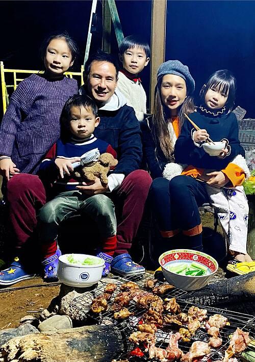 Gia đình Lý Hải - Minh Hà quây quần bên nhau ấm cúng bên bếp than hồng. Nam ca sĩ quan niệm: Ăn gì không quan trọng, quan trọng là ăn với ai.