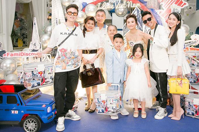 Đại gia đình Minh Nhựa sum họp trong ngày sinh nhật anh.