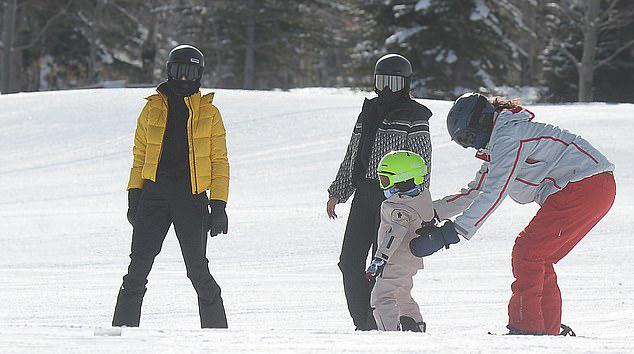 Stormi là thành viên nhí duy nhất tham gia chuyến du lịch cùng đại gia đình Kardashian. Siêu mẫu Kendall Jenner (áo vàng), bà Kris Jenner và bố bé Stormi là rapper Travis Scott đi cùng tới Aspen.
