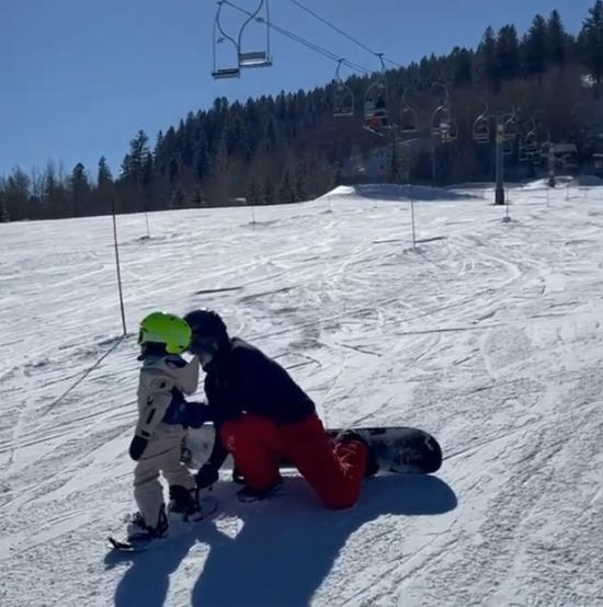 Đây là lần thứ hai Stormi được đi trượt tuyết. Cuối năm 2019, cô bé cũng được mẹ đưa tới Aspen nghỉ dưỡng.