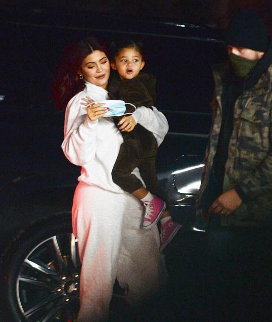 Kylie Jenner và con gái cùng gia đình nghỉ dưỡng trong một biệt thự có giá thuê 450.000 USD một tháng.