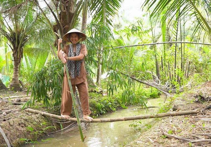 Kim Thư đi cầu khỉ.