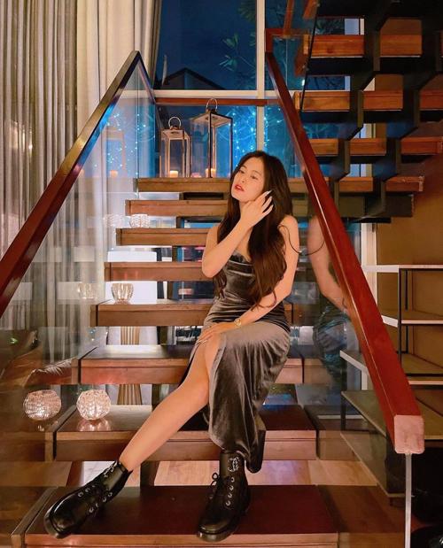 Váy nhung bóng bẩy, thiết kế ôm sát hình thể của Hoàng Thùy Linh phù hợp với các cô nàng vóc dáng mảnh mai.