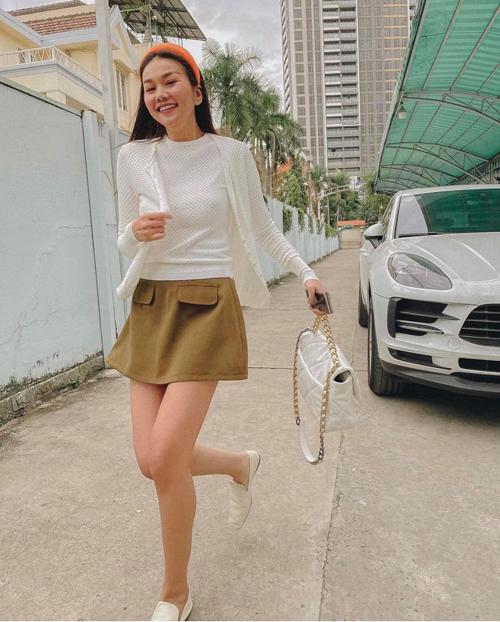 Bên cạnh việc tôn chiều cao, cách sử dụng chân váy chữ A dáng ngắn còn giúp Thanh Hằng có được hình ảnh trẻ trung hơn tuổi.