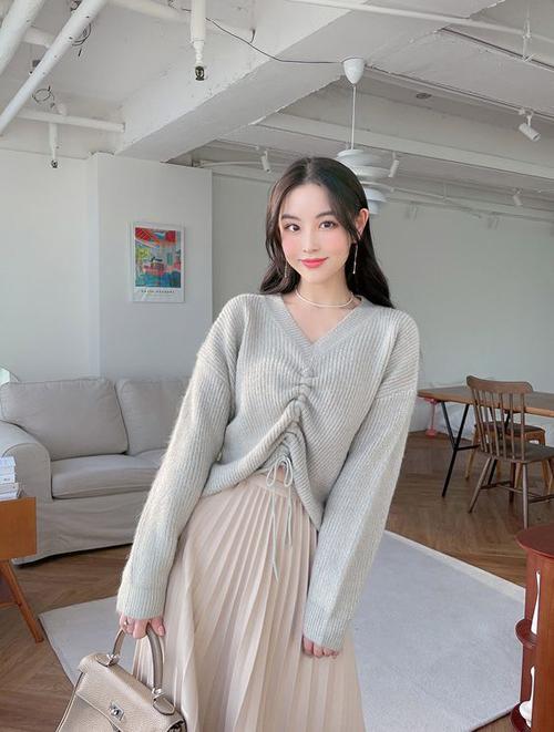 Ngoài các mẫu áo len kiểu basic, trang phục cho mùa lạnh còn được biến tấu ấn tượng với chi tiết cut-out, rút dây bắt mắt.