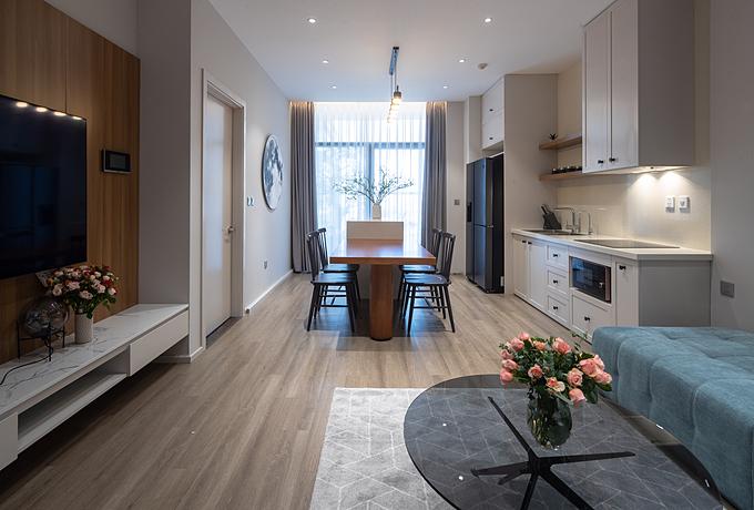 Phòng khách nối thông cùng bếp giúp không gian thoáng đãng và rộng rãi hơn. Một chiếc bàn đảo nối liền bàn ăn tăng không gian lưu trữ cho bếp. Nguyên tắc luồng công việc được kiến trúc sư ứng dụng trong thiết kế bếp giúp người nội trợ tiết kiệm quãng đường di chuyển mỗi khi nấu ăn.