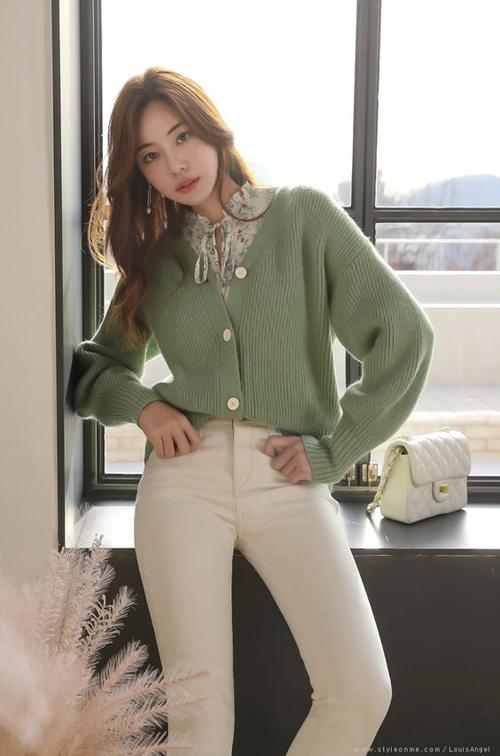 Áo cardigan vải len với tông màu trang nhã giúp phái đẹp linh hoạt trong việc phối đồ cùng áo bloue, áo thun và sơ mi.