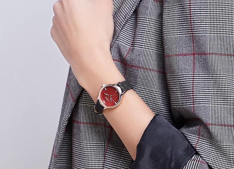 Đồng hồ nữ Julius Hàn Quốc JA-1155 kiểu dáng hiện đại với điểm nhấn là mặt kính trong suốt, độ cứng cao, tránh va đập tốt. Dây đeo da thanh lịch cùng vỏ đồng hồ làm từ hợp kim mạ ion bạc. Khả năng chống thấm nước cao. Sản phẩm đa dạng màu sắc để phái nữ lựa chọn theo sở thích.