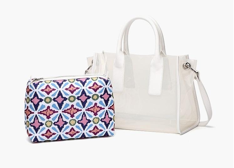 Túi xách Venuco Madrid P14F44 thiết kế hai trong mọt với túi trong dáng chữ nhật bên ngoài và một túi nhỏ họa tiết nổi bật, dùng đựng đồ cá nhân hoặc mỹ phẩm bên trong. Túi ngoài có dây đeo chéo và quai xách. Da túi làm từ chất liệu PVC trong suốt. Ví trong làm từ chất liệu da PU, có dây kéo.