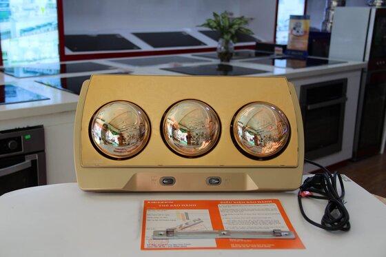 Đèn sưởi nhà tắm 3 bóng treo tường Heizen 999.000đ(- 19 %)Thiết kế hiện đại, phù hợp diện tích 4-6 m2- Bảng điều khiển: 2 công tắc điều khiển cho 3 bóng riêng biệt.- Tuổi thọ Bóng đèn: > 20.000 h (tương đương 12 năm)- Dây điện: dài 3m, đầu cắm tròn, 2 chân theo tiêu chuẩn châu Âu- Phù hợp với mọi gia đình- Bảo hành 10 năm chính hãng✭ Đèn sưởi 3 bóng Heizen- HE3B là dòng đèn sưởi cao cấp của dòng Heizen trên thị trường, thích hợp với những khách hàng muốn sử dụng những sản phẩm bền, đẹp, an toàn và đặc biệt thích hợp với những gia đình có trẻ nhỏ. Dòng đèn sưởi bóng tròn của Heizen được bảo hành lên đến 10 năm – duy nhất tại thị trường Việt Nam!☛ Thiết kế theo trường phái Bauhaus của Đức, với bề mặt nhôm hợp kim. Để tăng tính thẩm mỹ, trên bề mặt còn trang trí thêm hoa văn theo phong cách cổ điển thời kỳ Phục Hưng tại Châu Âu. Thích hợp cho các gia đình trang trí nhà cửa theo trường phái tân cổ điển.☛ Bề mặt bóng hồng ngoại tráng kim cương nhân tạo, có tác dụng bớt chói mắt và có độ ấm cao hơn những bóng thông thường (ấm hơn khoảng 10 độ C)☛ Kích thước nhỏ gọn tiết kiệm diện tích cho phòng tắm nhà bạnBảo hành 10 năm chính hãng