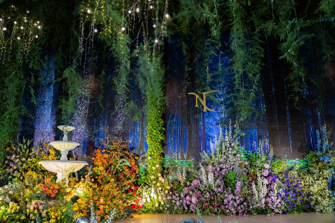 Ekip nhận dự án gấp gáp, trong khoảng 20 ngày, bắt đầu đưa ra ý tưởng và đáp ứng mong muốn gia chủ là trang trí cưới tận dụng kiến trúc sẵn có ở tư gia, vốn là niềm tự hào của gia đình vào tiệc cưới. Phần tường được mô phỏng thành rừng cây trong bầu trời sao đêm.