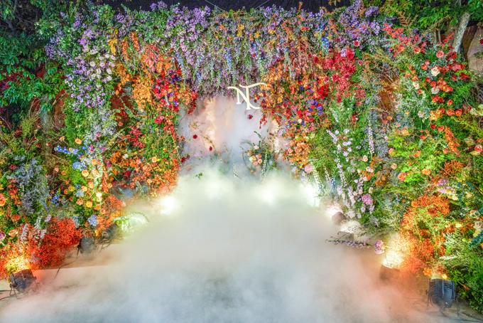 Một khu vực chụp hình trong siêu đám cưới. Bảng màu của hôn lễ đa dạng, lấy cảm hứng từ ý tưởng một khu rừng cổ tích.