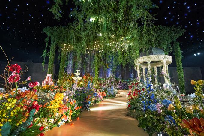Lối vào của lễ đường cưới ngợp hương thơm và rực rỡ sắc hoa ngập khẩu.