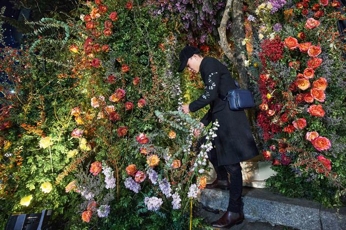 Do quá trình thi công sát ngày Tết Dương lịch - lúc người phương Tây nghỉ lễ nên việc nhập hoa từ Ecuador và Hà Lan gặp khó khăn. Tôi phải dùng mối quan hệ lâu năm và uy tín để đặt kịp hơn 80 loại hoa lá nhập khẩu, vị đại diện bổ sung.
