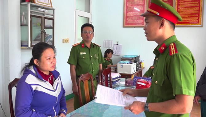Cảnh sát đọc lệnh bắt Lê Thị Thanh Thùy. Ảnh: Sơn Thủy.