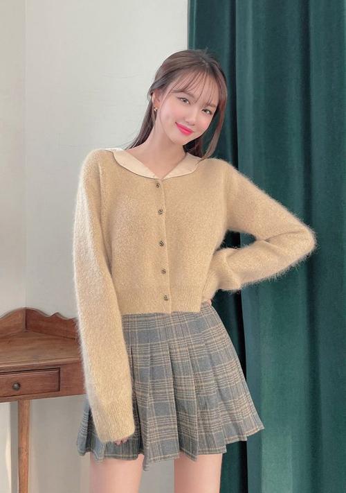 Áo len lông dáng lửng, thiết kế theo phom cổ điển có thể sử dụng cùng chân váy chữ A, quần skinny hay các mẫu quần jeans ống suông.