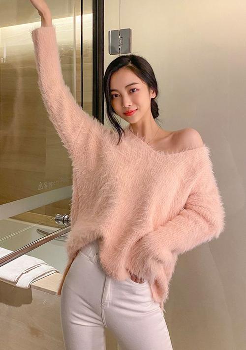 Phái đẹp Sài Gòn vẫn có thể mix đồ đi làm theo phong cách thu đông với những mấu áo len lông vừa thanh lịch vừa hợp mùa.