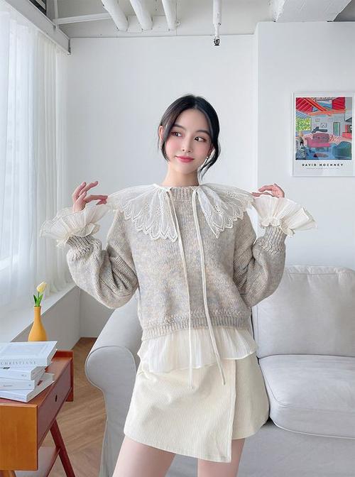 Khi xuống phố vào sớm tinh mơ hay kết thúc ngày làm việc vào buổi chiều muộn, chị em công sở có thể mix them áo len màu trung tính.