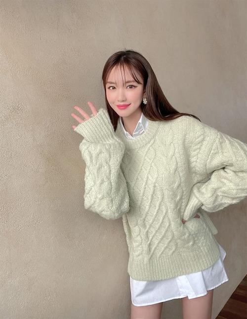 Mặc sơ mi dáng rộng theo phong cách giấu quần, phái đẹp vẫn có thể mix cùng áo len phom rộng trong những ngày se lạnh.