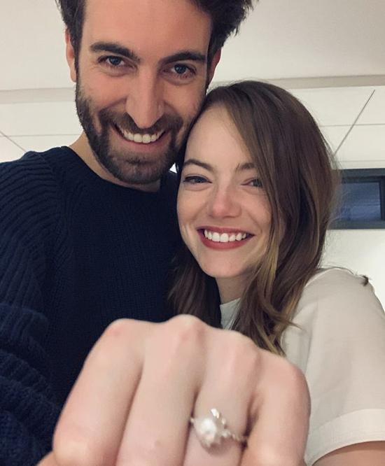 Người đẹp La La Land, The Favourite khoe nhẫn đính hôn trên Instagram.