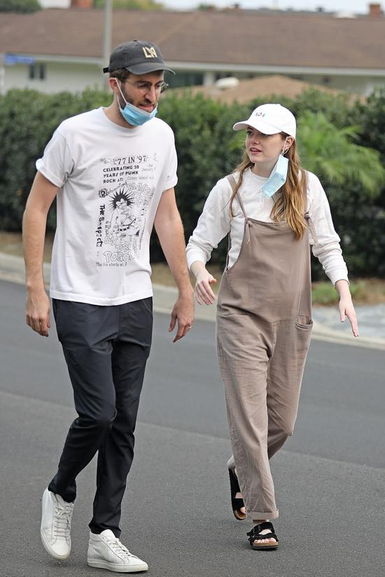 Emma Stone và Dave McCary xuất hiện hiếm hoi hồi tháng 9, tay đeo nhẫn đôi. Khi đó Emma mặc quần yếm che bụng.