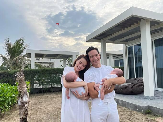 Vợ chồng Hồ Ngọc Hà - Kim Lý hạnh phúc bên hai con song sinh trong chuyến du lịch nghỉ dưỡng ở Vũng Tàu.