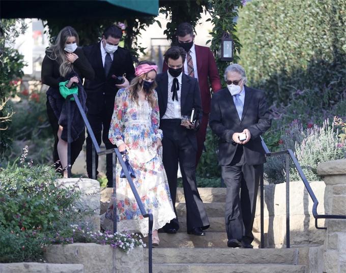 Nguồn tin tiết lộ trên People, nữ diễn viên Tron: Legacy quấn quýt bên nam ca sĩ xứ sương mù trong suốt đám cưới, sau đó cả hai về nhà của Harry Styles ở Los Angeles.
