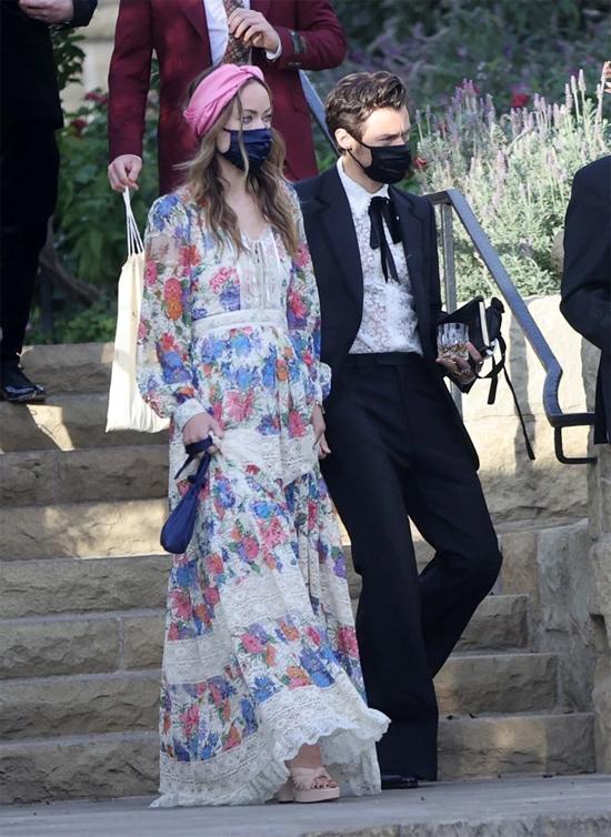Harry Styles và Olivia Wilde sánh đôi tới dự đám cưới của người quản lý Harry tại Montecito, California cuối tuần qua. Cặp đôi cùng đeo khẩu trang để tránh dịch bệnh.