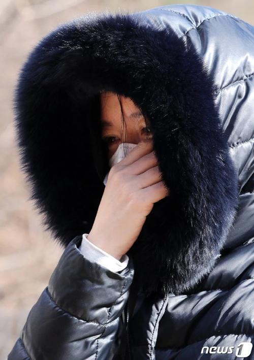 Lee Young Ae đã khóc nghẹn ngào khi đứng trước mộ em bé xấu số.