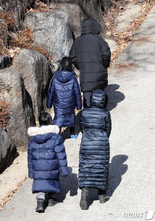 Chồng và hai con của Lee Young Ae cùng đến viếng mộ.