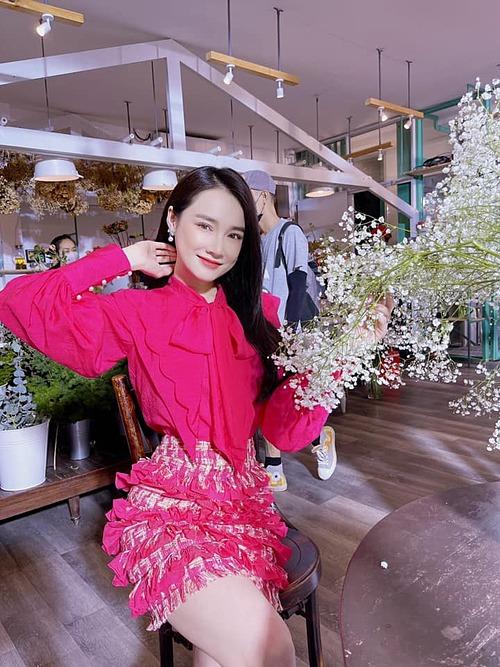 Nhã Phương xinh đẹp trong trang phục hồng rực rỡ. Bà xã Trường Giang hài hước nói: Sáng sớm bé đi cắm hoa phải nổi hơn hoa mới chịu.