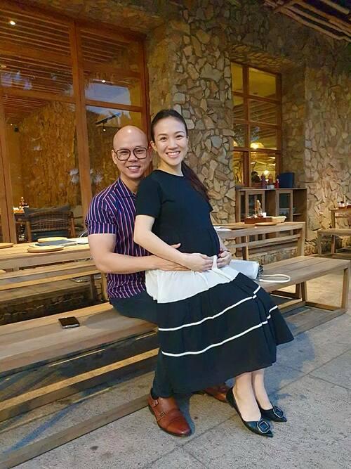 Phan Đình Tùng hạnh phúc bên bà xã Thái Ngọc Bích.