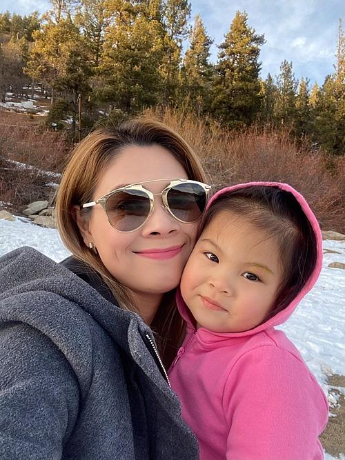Vẻ đáng yêu của con gái Thanh Thảo khi đi dạo chơi ngắm tuyết cùng mẹ.