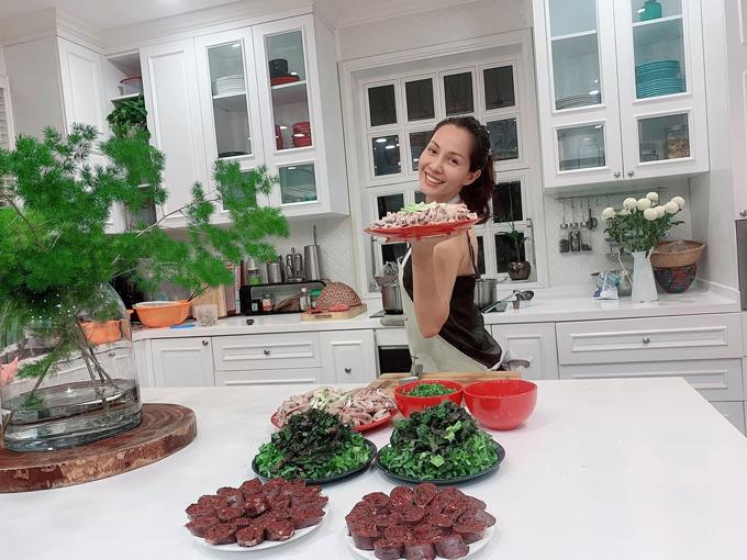 Kể từ lúc ấy tới nay đã 13 năm, Thanh Thảo là người làm chủ căn bếp với nhiều món ngon khiến chồng con háo hức. Cô chuẩn bị nguyên liệu cho món lẩu lòng mà cả gia đình yêu thích.