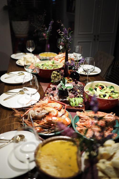 Một bữa tiệc kiểu Tây do Thanh Thảo chuẩn bị. Bữa ăn có cold cuts ăn cùng salad bơ, tôm càng xanh, ghẹ hấp. Cô còn tự tay cắm hoa để giúp không gian thêm sinh động.