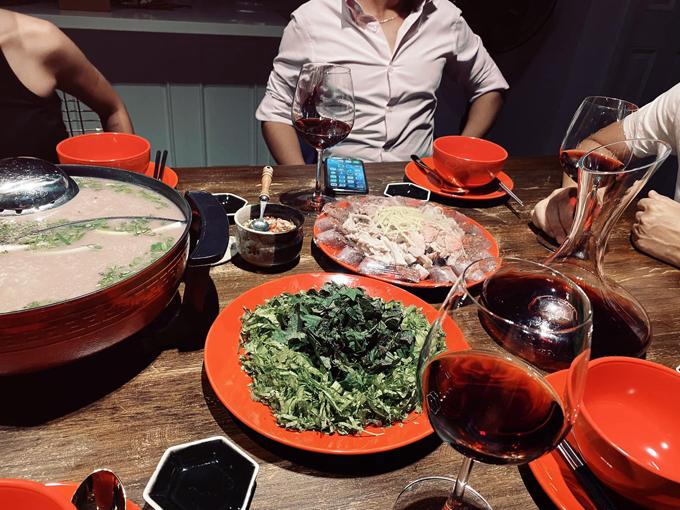 Món lẩu được Thanh Thảo biến tấu dùng kèm với rượu vang. Lẩu lòng được ăn cùng với nhiều loại rau gia vị để át mùi và giúp bữa ăn tròn vẹn hơn. Nước lẩu là yếu tố quan trọng, có thể ninh lấy vị ngọt từ xương heo, xương gà và xương ống bò. Bạn bắc nồi nước lên bếp, phi hành khô, gừng nướng sơ đập dập từ trước vào, cho thêm ngũ vị hương, ớt cay, bỏ dứa, cà chua thái miếng cau vào đảo đều rồi mới đổ nước hầm xương vào cùng.
