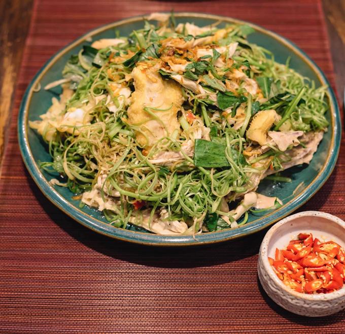 Món gỏi gà xé phay ăn hoài không ngán của Thanh Thảo. Cô cho rau muống chẻ, rau răm, thêm ớt để đẩy hương vị.
