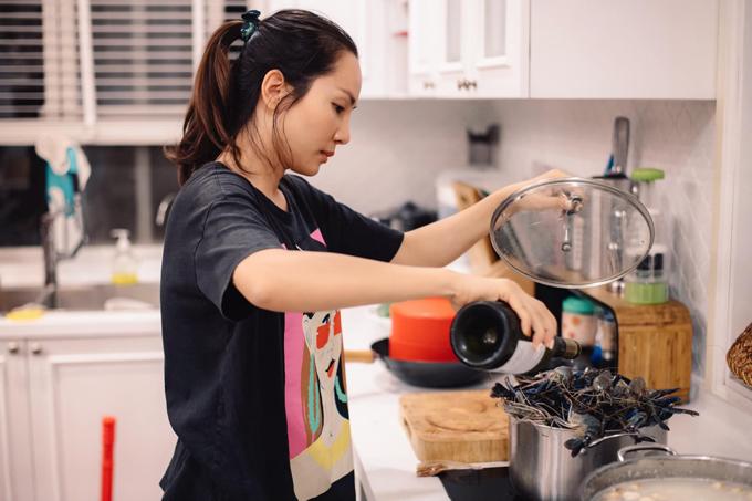 Cựu người mẫu Thanh Thảo - vợ Hoàng Bách từng tiết lộ mình là cô gái miền Tây đúng nghĩa, ăn uống đơn giản và vụng về chuyện bếp núc vì người nhà luôn nấu cho ăn. Vì thế mà lúc mới cưới, do có ít kinh nghiệm bếp núc nên Thanh Thảo hiếm khi vào bếp, chỉ nấu nướng khoảng một lần mỗi tháng. Nhưng mọi chuyện thay đổi kể từ khi cô mang thai con trai Tê Giác phải ở nhà để dưỡng thai. Trong giai đoạn ấy, người đẹp bắt đầu tự mày mò vào bếp để chế biến các món ăn ngon, đảm bảo sức khỏe của cả gia đình.