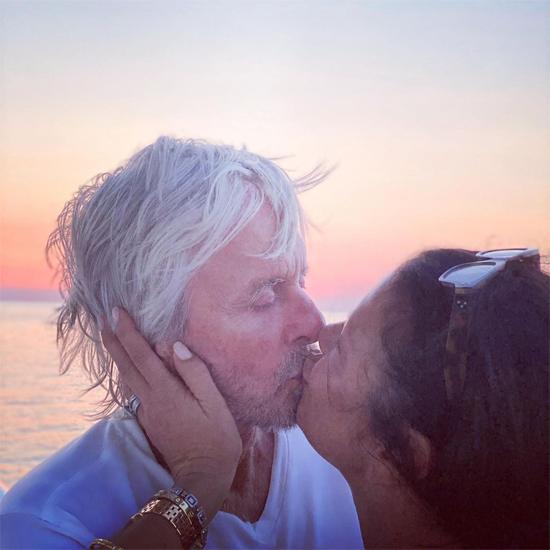 Catherine Zeta-Jones hôn chồng nồng nàn trước biển.