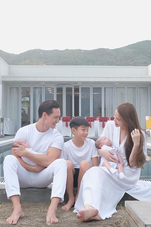 Hồ Ngọc Hà bên ông xã Kim Lý, con trai Subeo và hai bé song sinh trong chuyến du lịch nghỉ dưỡng ở Vũng Tàu.