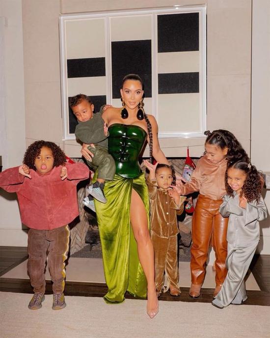 Kim đăng ảnh Giáng sinh với các con, không hề có sự hiện diện của Kanye West trong khi truyền thống hàng năm là cả gia đình chụp ảnh cùng nhau.