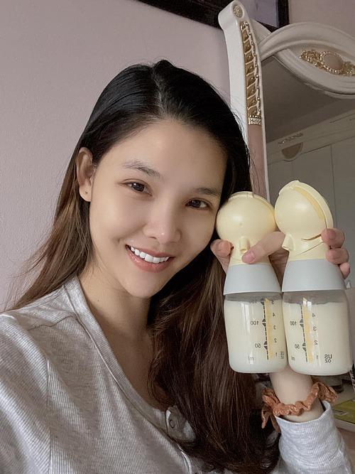 Kỳ Hân nhận mình là bò sữa và vui vì sữa mẹ nhiều. Cô được khen nhan sắc rạng rỡ, các đường nét trên gương mặt không khác biệt dù mới sinh con thứ hai chưa lâu.