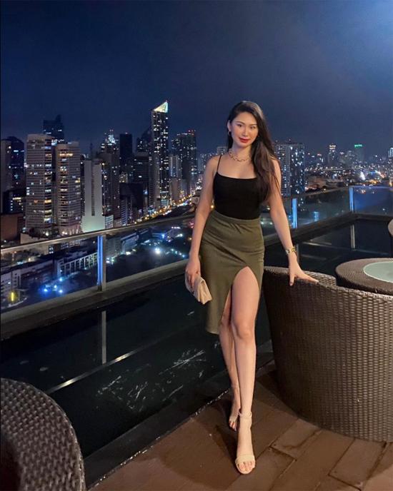 Trước khi gặp nạn, người đẹp Philippines có cuộc sống mơ ước, thường xuyên được du lịch trong và ngoài nước, check in tại những nhà hàng, quán bar sang chảnh, tiệc tùng cùng bạn bè. Bức ảnh đêm Noel được Christine chia sẻ chụp tại một quán bar trên cao tại Pasay - thành phố nơi cô đang làm việc. Đêm giao thừa, tiếp viên hàng không 23 tuổi nhận lời tham gia tiệc với nhóm bạn, sau đó được phát hiện tử vong trong bồn tắm với dấu hiệu nghi bị hiếp dâm, dù trước đó vài tiếng vẫn video call về cho mẹ thông báo tình hình.