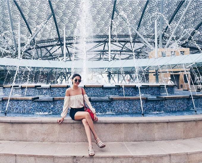 Christine từng nhiều lần sang Singapore du lịch, nghỉ dưỡng cùng bạn bè. Người đẹp xấu số check in những địa danh kinh điển như công viên giải trí Universal Studio, đảo Sentosa, khu phố người Hoa, người Ấn...