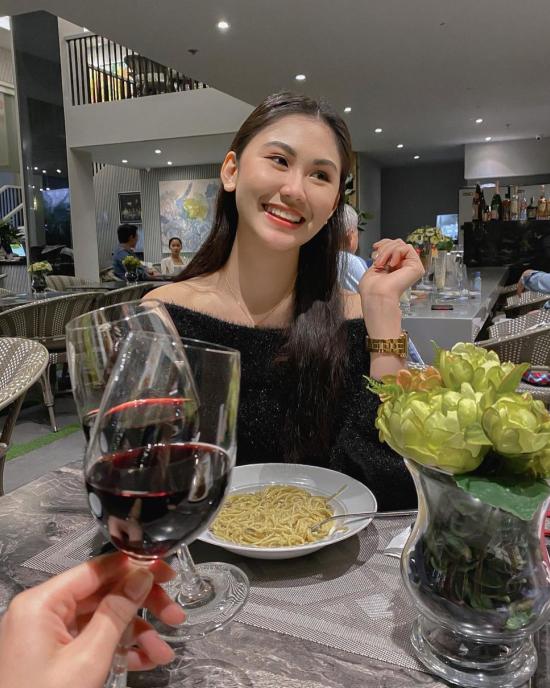 Có mức thu nhập khá từ công việc tiếp viên hàng không, Christine thường ghé qua các nhà hàng sang chảnh và mở tiệc cùng bạn bè. Sự ra đi đột ngột và đau đớn của người đẹp khiến nhiều người tiếc nuối, đăng lời chia buồn trên trang cá nhân của Christine.