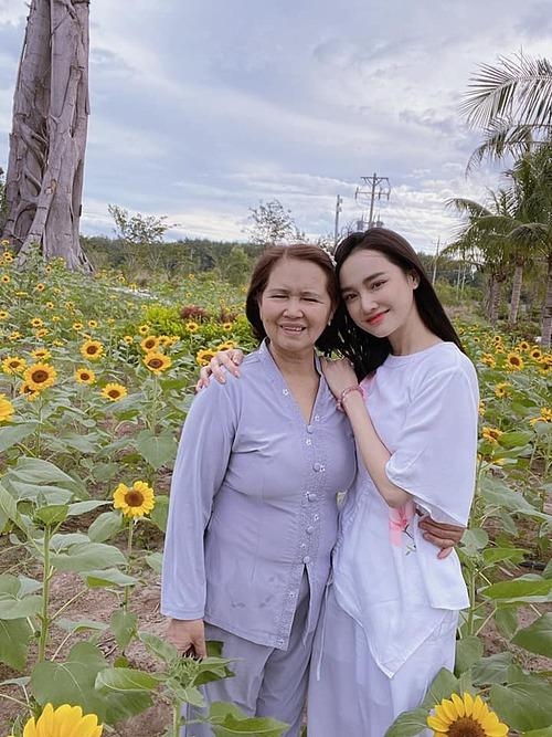 Nhã Phương chụp ảnh kỷ niệm cùng mẹ khi có mặt tại cánh đồng hoa hướng dương trong khuôn viên Thiền viện Trúc Lâm Bình Phước.