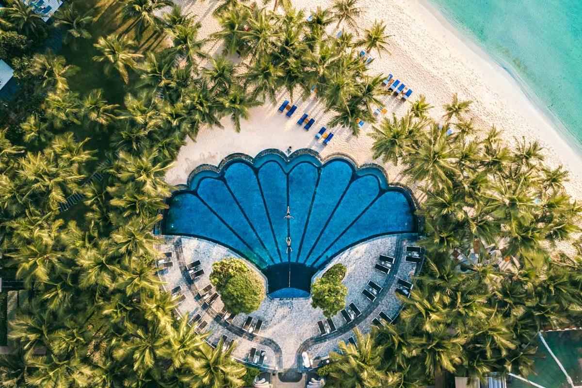 Khu nghỉ dưỡng có kiến trúc Pháp điển hình, với những gam màu nổi bật, được nhiều sao Việt lựa chọn cho kỳ nghỉ ngắn ngày. Đặc biệt, nó lọt top những resort có bể bơi độc đáo nhất Việt Nam, được thiết kế hình vỏ sò, nằm xen lẫn dưới rừng dừa, tầm nhìn hướng biển.