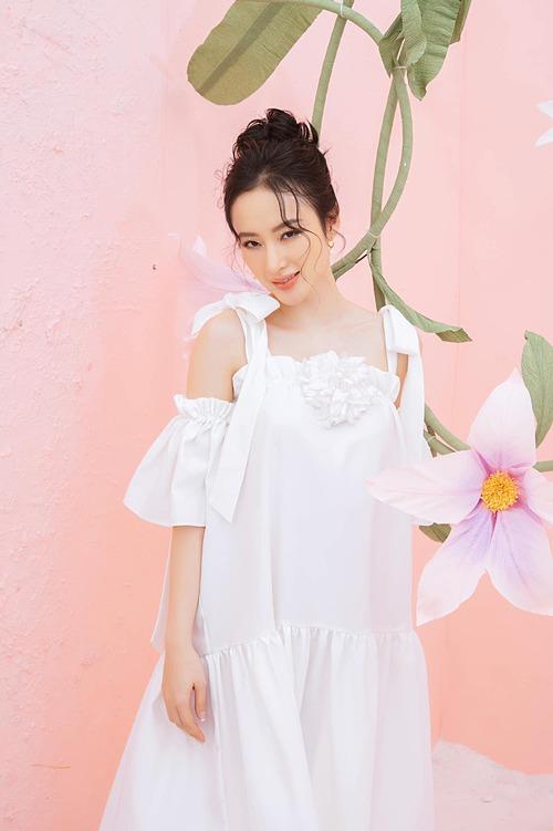 Angela Phương Trinh hóa nàng thơ dịu dàng khi làm mẫu cho một thương hiệu thời trang.