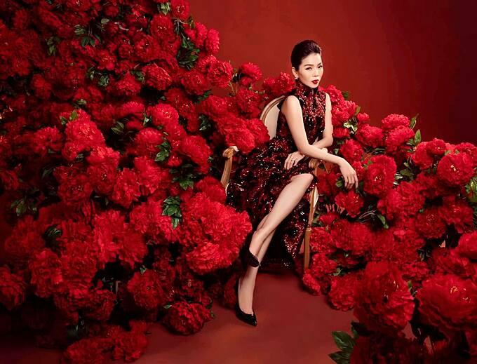 Lệ Quyên nhận được nhiều chú ý khi chia sẻ: Hãy để em là bông hoa đẹp nhất đời anh, bởi em được vun xới, nâng niu trong tình yêu nồng nàn của anh...nhé. Mới đây, doanh nhân Đức Huy - chồng cũ của nữ ca sĩ - công khai hẹn hò người đẹp kém 27 tuổi Cẩm Đan - top 15 Hoa hậu Việt Nam 2020.